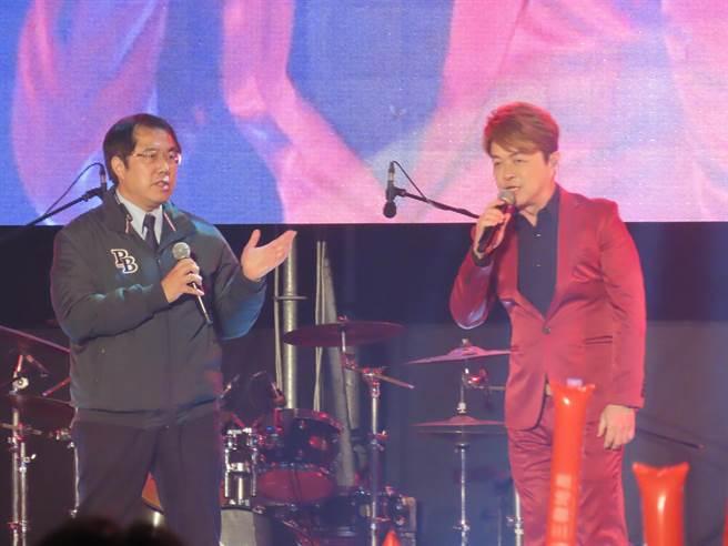 台南市長黃偉哲與翁立友合唱堅持。(莊曜聰攝)
