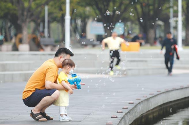 韓國首爾公園父親帶小孩玩泡泡。圖╱美聯社