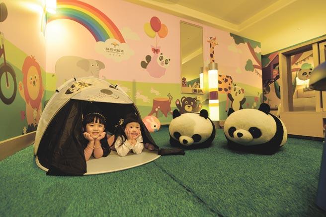 福容飯店台北二館推出的貓熊主題家庭客房,房內有小朋友最愛的貓熊帳篷。圖/業者提供