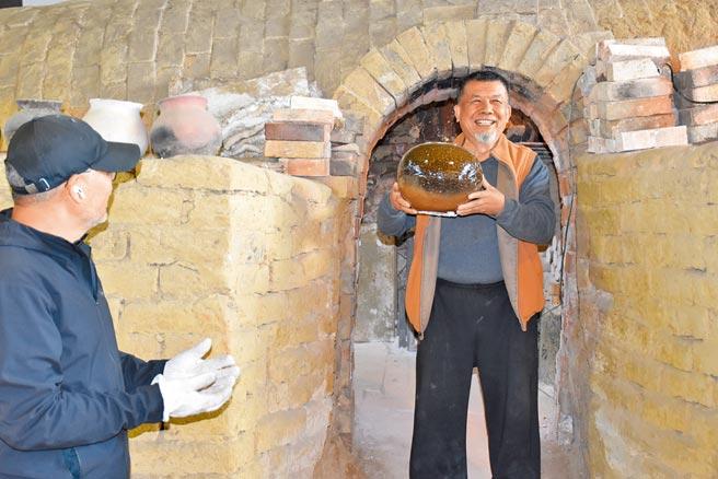 竹南蛇窯時隔3年重新點火,2日上午開窯,窯主林瑞華親自搬出首件作品。(謝明俊攝)