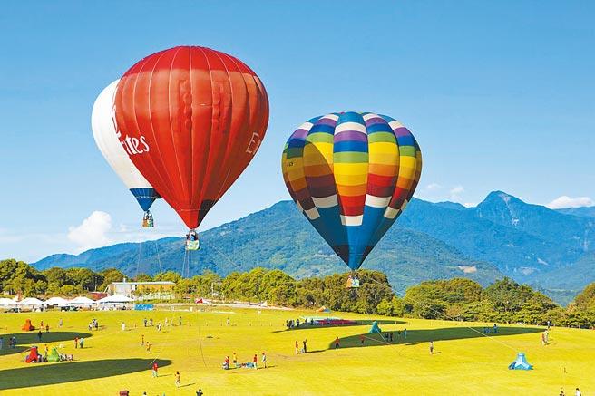 台東鹿野高台的熱氣球繫留升空體驗被許多遊客列為必朝聖行程。(可樂旅遊提供)
