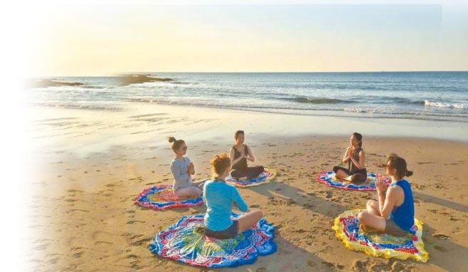 「循秘旅途」專案房客能加價參加於海灘上舉辦的冥想靜心瑜珈。(岩升創意提供)