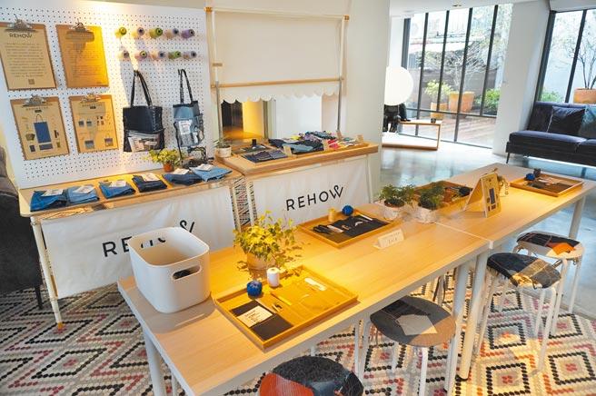 富邦藝旅1樓特別設置讓旅人能選各式材料DIY手提袋的手作區。(何書青攝)