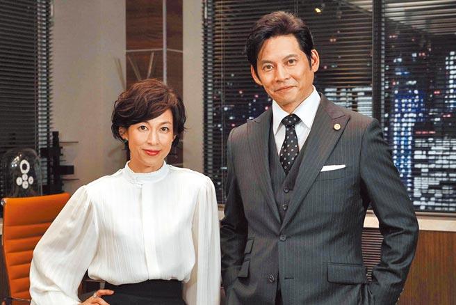 「莉香」鈴木保奈美(左)與「完治」織田裕二黃金搭檔在《SUITS無照律師第2季》重逢。(摘自LINE TV)
