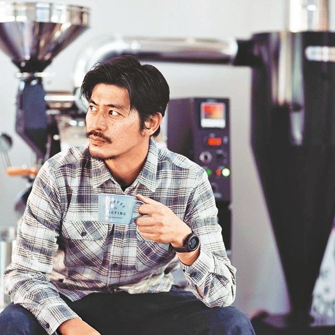 坂口憲二投身咖啡煎焙至今兩年。(PostCoffee提供)