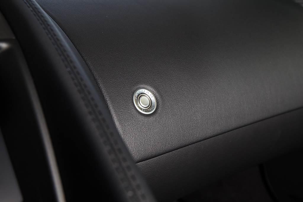 手套箱開啟按鍵並不設置於手套箱上,而是副駕前方較為顯眼處,按鍵上還蝕刻了Jaguar EST.1935的字樣。