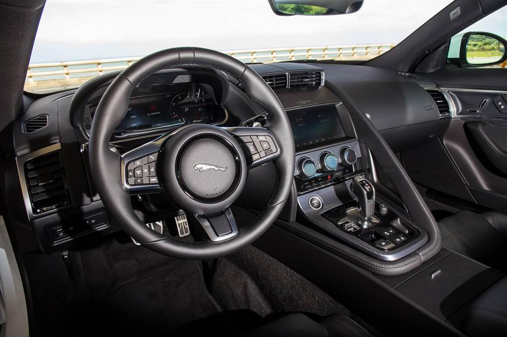 座艙採用1+1設計,將駕駛者與乘客分離開來,讓駕駛者擁有被環繞的感受。