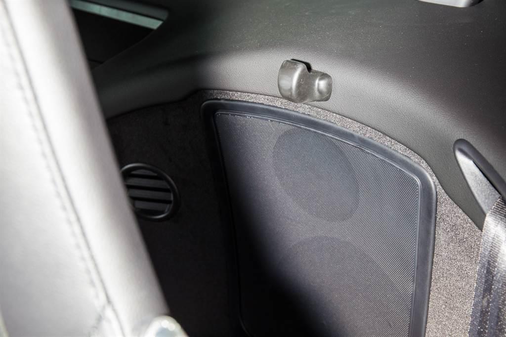 前座座椅後方設有一個小掛勾,不過電動座椅沒有快速傾倒裝置,使用上不太方便。