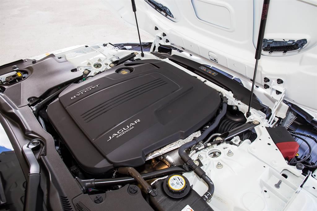 引擎換裝2.0升直四渦輪增壓引擎,搭配罕見的前開式引擎蓋,這也是Jaguar老派的堅持之一。