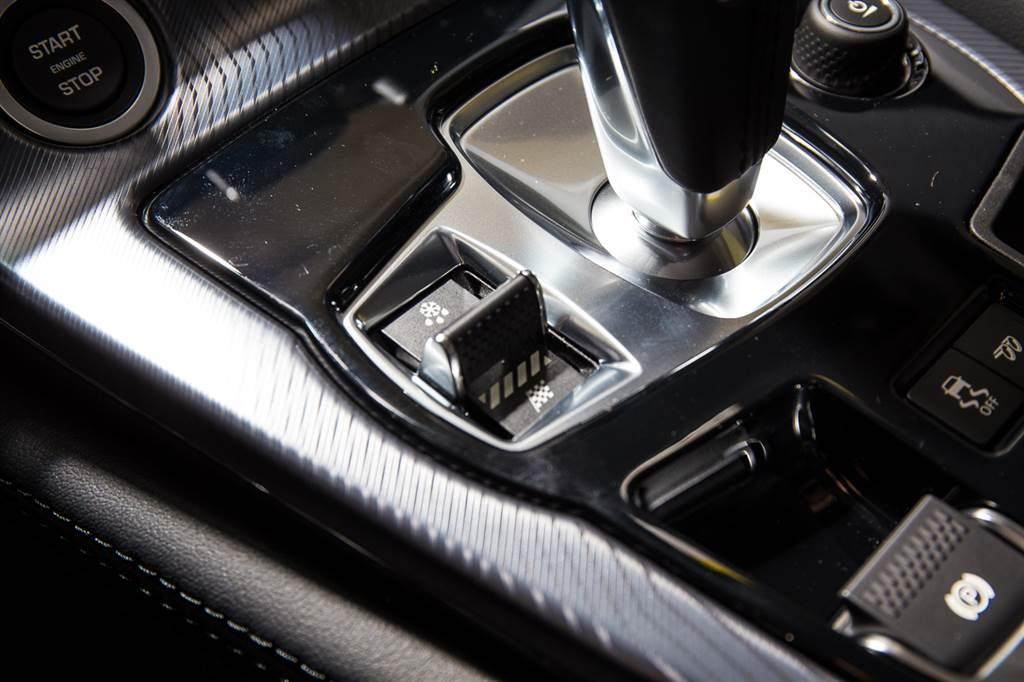 排檔桿旁設置駕駛模式切換鍵,特別的是並非簡單的撥桿,而是採用類似飛機、遊艇的節流閥的形式,可前後移動。