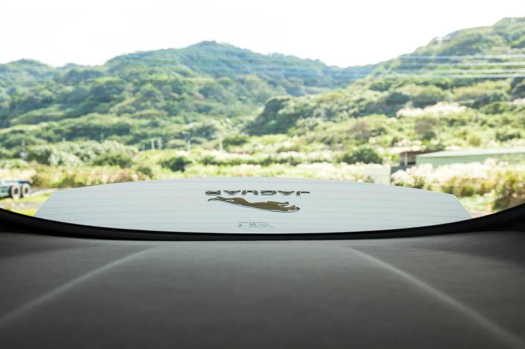 車尾的電動升降尾翼可在時速超過110km/h時主動升起,當然你也可以透過中央鞍座上的按鍵自行將其升起,低速時也能看看車尾的小豹。