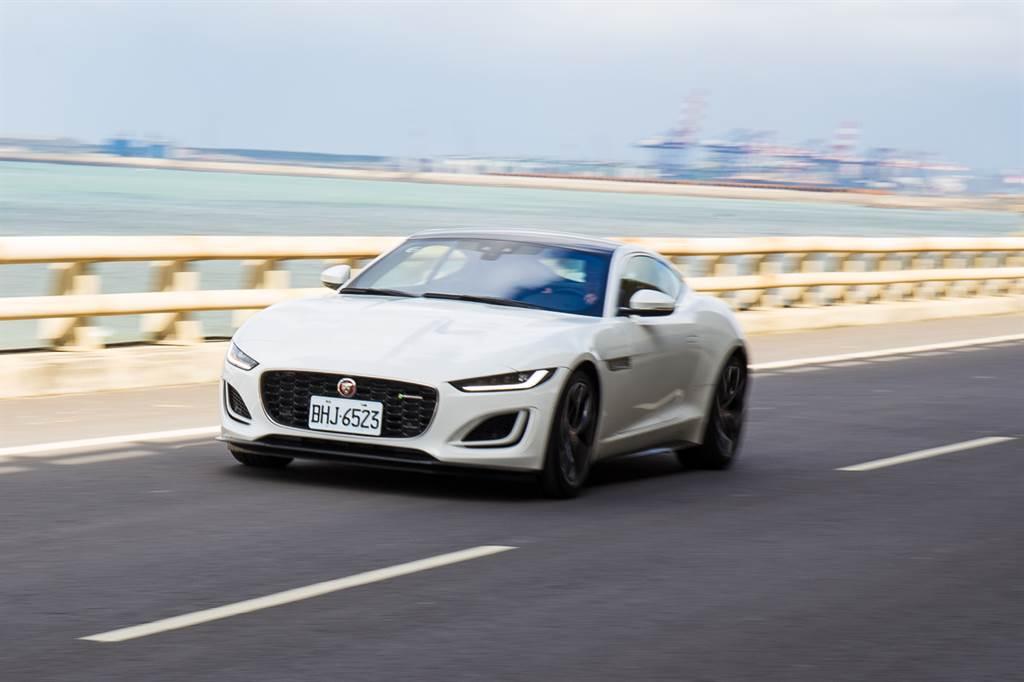 換上排氣量較小、汽缸數也減少的新引擎,但標配可調式跑車排氣系統,提供不亞於3.0 V6引擎的聽覺饗宴。