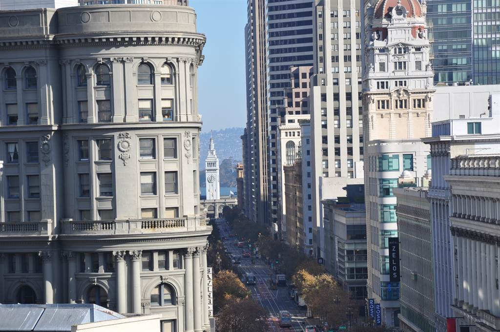 在尚芮公寓Serif 的頂樓向外看,正好將舊金山灣區最蓬勃發達的區塊一覽無遺。(業者提供)