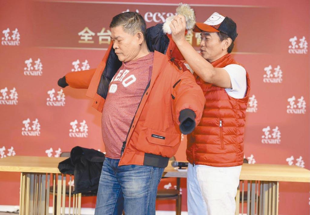 吳宗憲(右)暖心為澎恰恰穿上紅色外套。(東森提供)