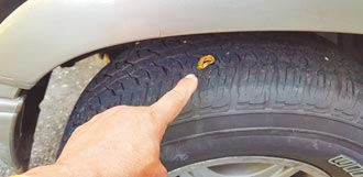 別人開車壓釘子 他竟輾到金戒指