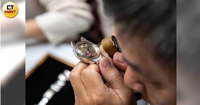 當舖業者避免再收到假錶,目前一律採只要顧客拿手錶上門典當,一定要求開蓋檢驗,如果不願意配合,就寧可不收。(圖/宋岱融攝)