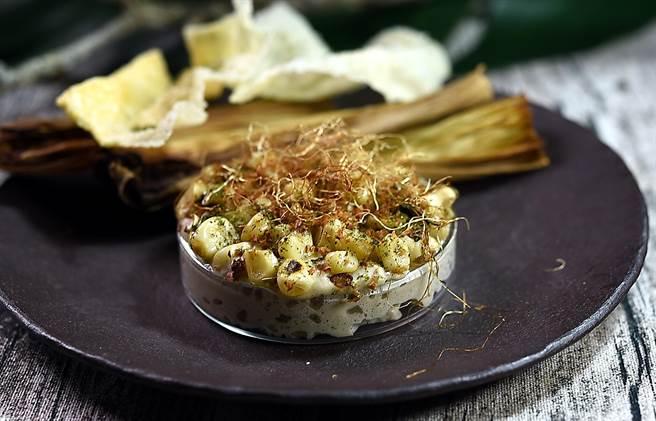〈VG Encore〉雙人套餐前菜〈煙燻〉之一,是以不同狀態的玉米共構,包括有:玉米泥脆片、炭烤玉米粒、玉米Foam、炸玉米鬚,並用焦化海苔粉和焦化榛果增加風味與口感。(圖/姚舜)