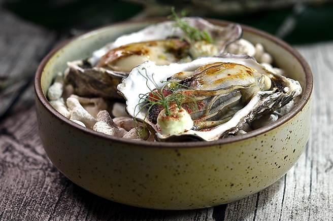 〈VG Encore〉雙人套餐前菜〈煙燻〉之二〈牡蠣〉,是以炭烤至火熟的廣島牡蠣,搭配青豆仁、蘋果丁,並用酸奶豆汁和以發酵草莓作的草莓粉末提味。(圖/姚舜)