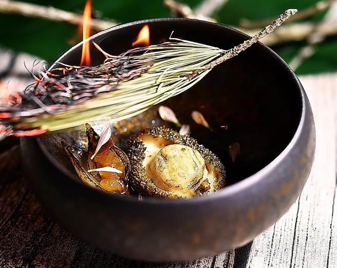 〈松針燻鮑魚〉是將鮑魚以蔬菜高湯煨煮後,搭配托著發酵鳳梨丁的珍珠洋蔥,並火燒松針賦味。(圖/姚舜)