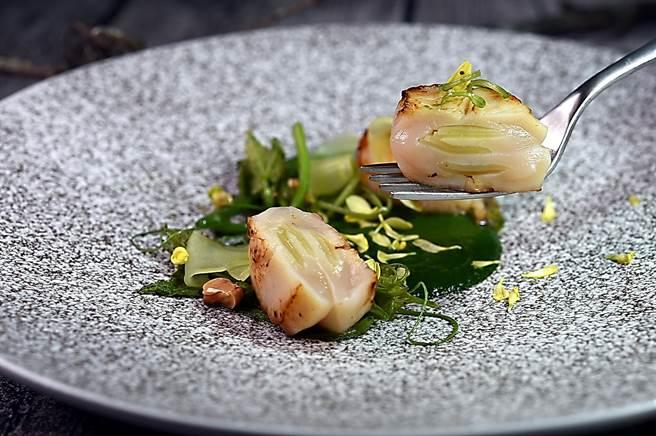 〈北海道干貝/茼蒿/萵筍〉是以鑲了萵筍的北海道干貝,表面煎炙出焦香,提味綠醬是以茼蒿、魚高湯和牡蠣汁與少許黑麻油熬製。(圖/姚舜)