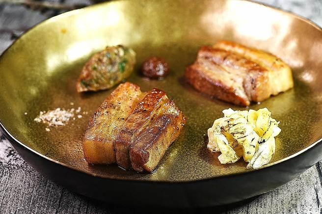名為「分解」的這道菜是以直火炭烤的南投放牧豬五花肉,搭配烘烤的發酵高麗菜,提味的是以及龍眼泥和以發酵高麗混合龍作出的莎莎醬。(圖/姚舜)