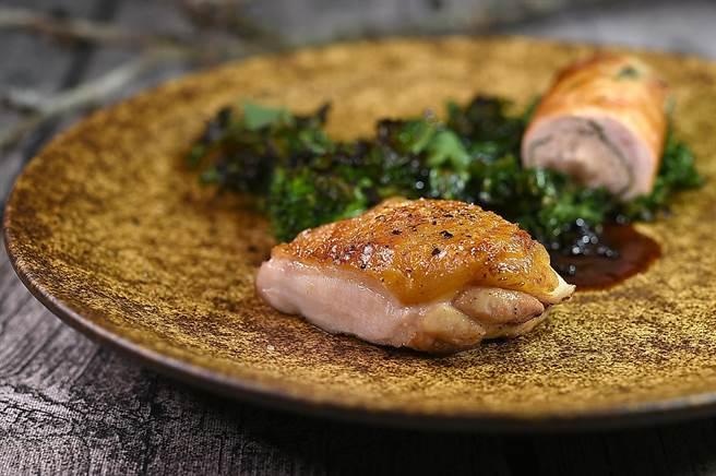 〈VG Encore〉菜單上的「山」,是以用「李鹹」提味的〈香煎馥桂雞〉雞腿肉,搭配用雞肝和雞胸肉作的〈雞卷〉一起呈盤。(圖/姚舜)