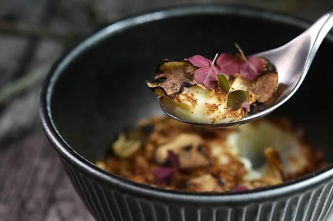 〈VG Encore〉菜單上搭配主菜的澱粉類Side Dish,柔滑細緻的薯泥上還有風乾烘烤的薯皮、香菇,以及香菇粉末。(圖/姚舜)