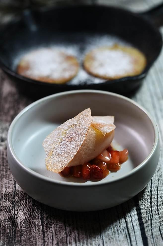 〈VG Encore〉雙人套餐的甜點,是以用柿子與草莓果醬提味的紅酒洋梨冰淇淋、柿子脆片,附上迷你鬆餅上桌。(圖/姚舜)