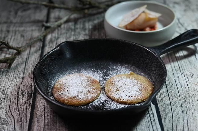 與紅酒洋梨冰淇淋搭配的的小鬆餅,表層灑了糖霜粉和肉桂粉提味。(圖/姚舜)