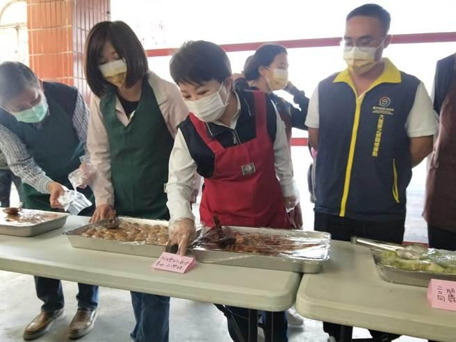 盧秀燕特別表示這一道是使用台灣豬。(陳淑娥攝)