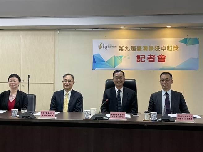 保發中心董事長桂先農(右2)宣布保險卓越獎開始受理報名。圖/彭禎伶