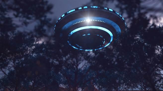 上周有多位目擊者在夏威夷夜空看到一個藍色棒狀飛行物。(示意圖/達志影像)