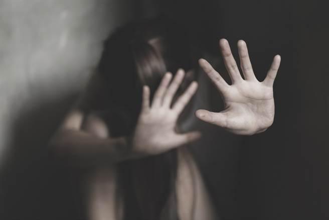 一位女童在觀賞布袋戲時,遭操偶師謊稱是叔公,帶進後台猥褻得逞。(示意圖/Shutterstock)