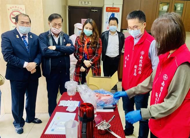 南投縣長林明溱(左二)率衛生局人員,到香里公司檢驗肉品。