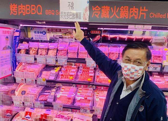 南投縣長林明溱到超市稽查,提醒民眾選購不含萊克多巴胺的肉品。(廖志晃攝)