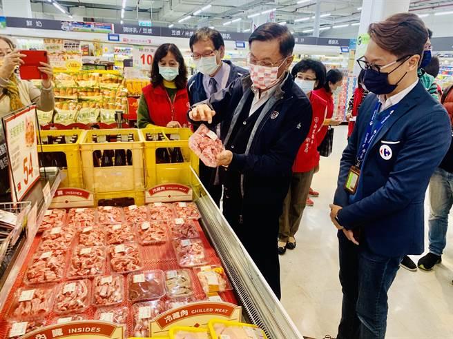 南投縣長林明溱(右二)到家樂福超市,稽查肉品產地標示。(廖志晃攝)