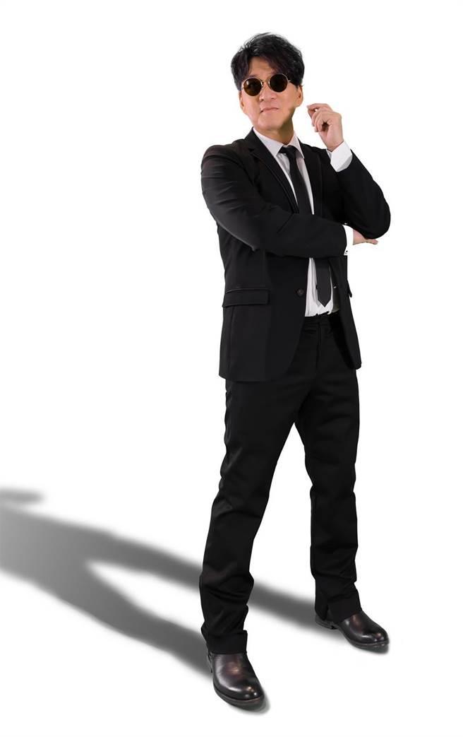 周華健以〈MIB星際戰警〉的黑西裝造型現身拍攝安全須知影片。(滾石唱片提供)