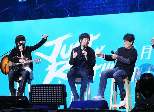 周華健前年擔任五月天桃園演唱會嘉賓,在台上「練肖尾」。(滾石唱片提供)