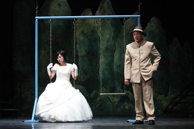 1997年首演的《結婚!結昏?辦桌》,於2010年第二度加演。如今將迎來第三度加演,老班底柯一正(右)沒有缺席,將在此回飾演一位魔術師。(綠光劇團提供)