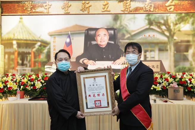 台南市長黃偉哲(右)4日參加告別式,表揚已故的「便當督學」前教育廳專門委員余瑞霖。(南市府提供/李宜杰台南傳真)
