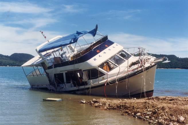 1990年08月27日日月潭兴业号翻船惨案,造成58人命丧潭底。(中时资料照)
