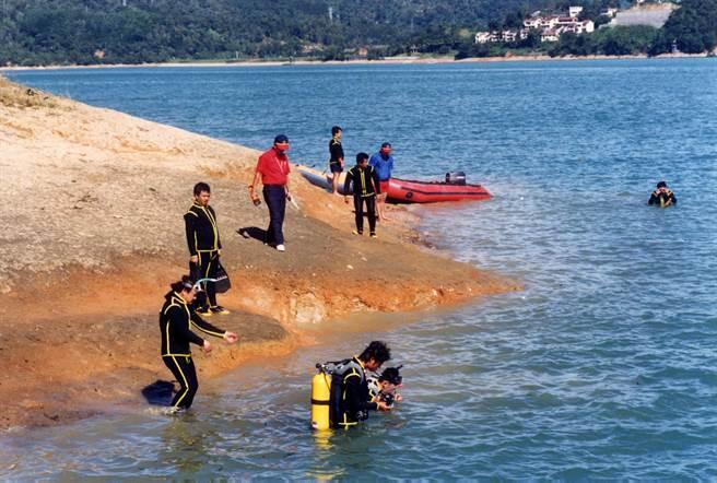 来自各地的潜水好手,在日月潭翻船地点加入搜救工作。(中时资料照)