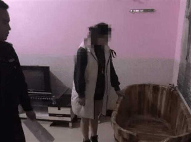 女按摩師熱情介紹用途(圖片取自/網易新聞)