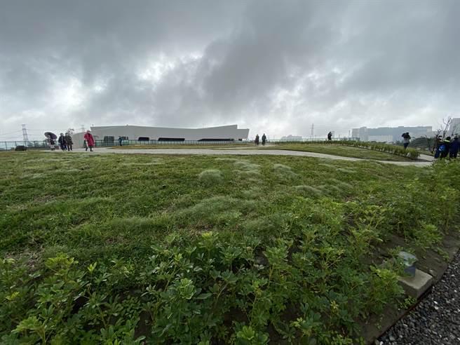 文青水園水資源回收中心4日啟用,地下可日處理4000噸生活汙水,地上則是近2公頃的「莫比斯環」公園,內政部長徐國勇大讚是全台最美水資中心。(蔡依珍攝)