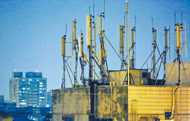 中央疫情指揮中心宣布將「天網」正名為「電子圍籬2.0」,強調是利用手機訊號和基地台位置,依法監測並找出防疫違規者,並不是追蹤所有人的手機定位資訊。(黃世麒攝)