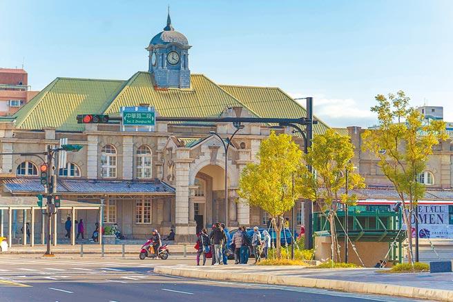 舊城區42處重要幹道路口纜線地下化後,新竹火車站再現風貌。(新竹市府提供/邱立雅竹市傳真)
