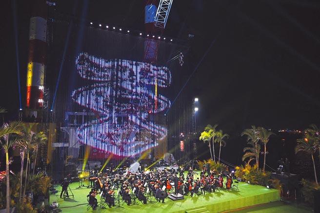 高雄跨百光年活動1月3日閉幕。圖為高雄市交響樂團在海上舞台演出。(高雄市文化局提供/林瑞益高雄傳真)