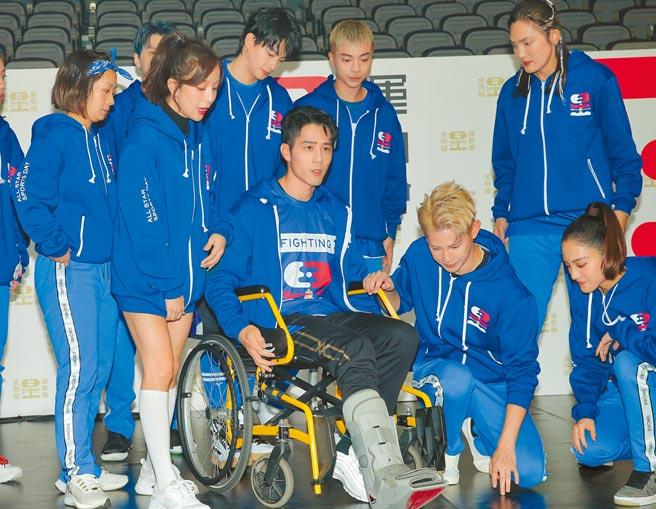 胡宇威(中)昨坐輪椅現身。(盧禕祺攝)