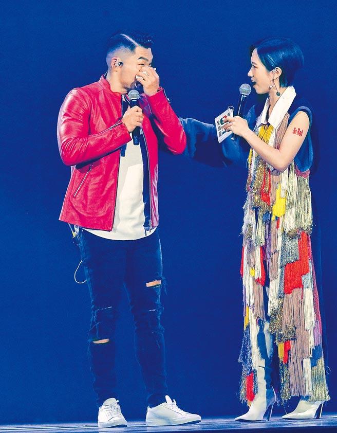 李玖哲(左)昨台上落淚。(盧禕祺攝)