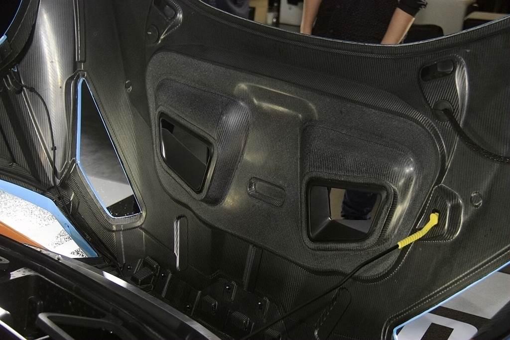 為容納更大的進風管道,前行李箱已被修改成僅剩放置一具安全帽的空間。而蚌殼一體式車頭蓋全以CFRP碳纖維打造。
